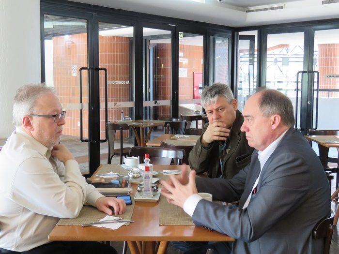Secretário do MEC, Paulo Barone, recebeu diretores do Sinpro/RS, Marcos Fuhr e Amarildo Cenci, em Novo Hamburgo | Foto: Gilson Camargo
