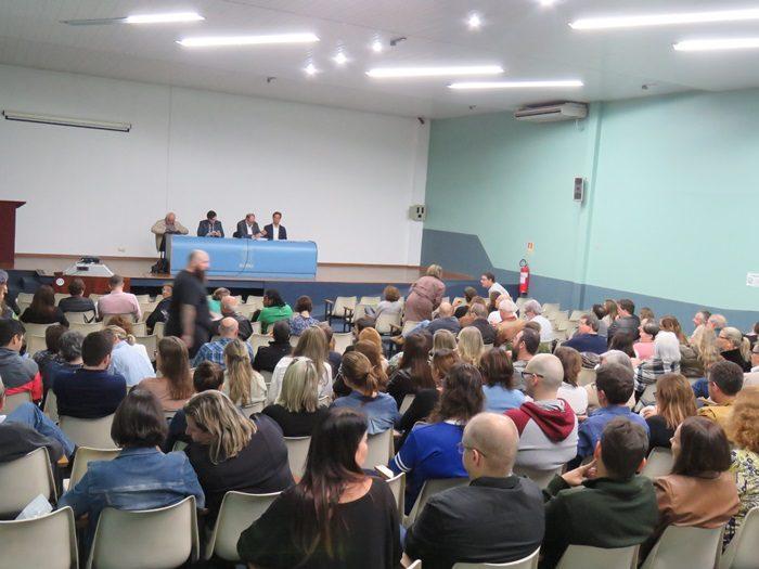 Em reunião com professores no campus, assessoria jurídica e direção do Sinpro/RS detalharam a decisão judicial | Foto: Gilson Camargo